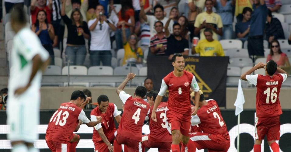 17.06.2013 - Nigeriano observa jogadores do Taiti comemorem gol na Copa das Confederações
