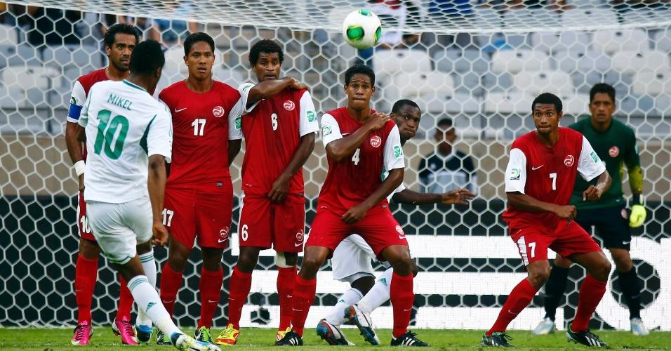 17.06.2013 - Obi Mikel cobra a falta durante a estreia da Nigéria contra o Taiti na Copa das Confederações