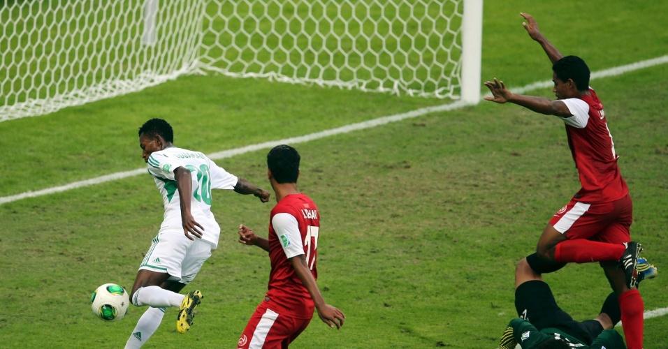 17.06.2013 - Oduamadi completa para o gol após falha do goleiro Samin e marca mais um para a Nigéria