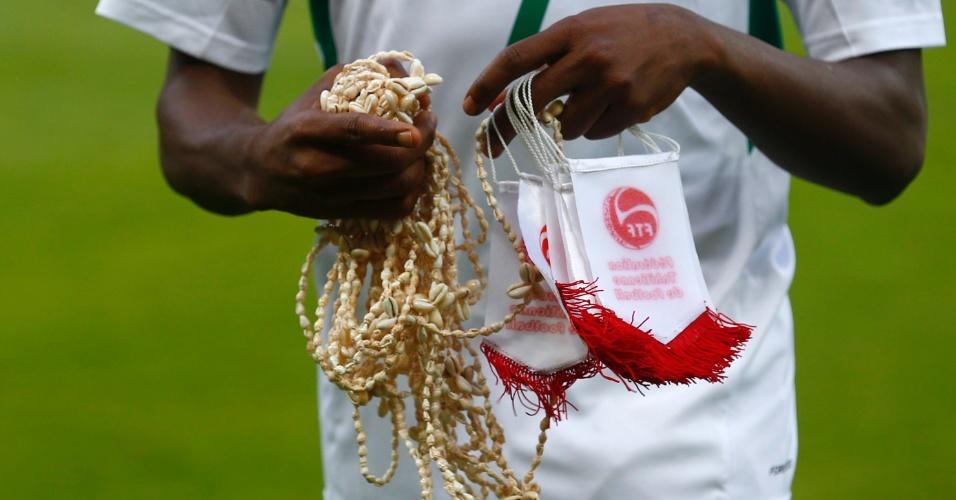 17.06.2013 - Taiti distribuiu brindes aos jogadores da Nigéria antes do início da partida