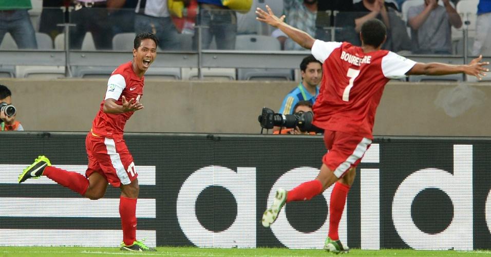 17.06.2013 - Tehau (esquerda) comemora gol do Taiti na partida contra a Nigéria pela Copa das Confederações