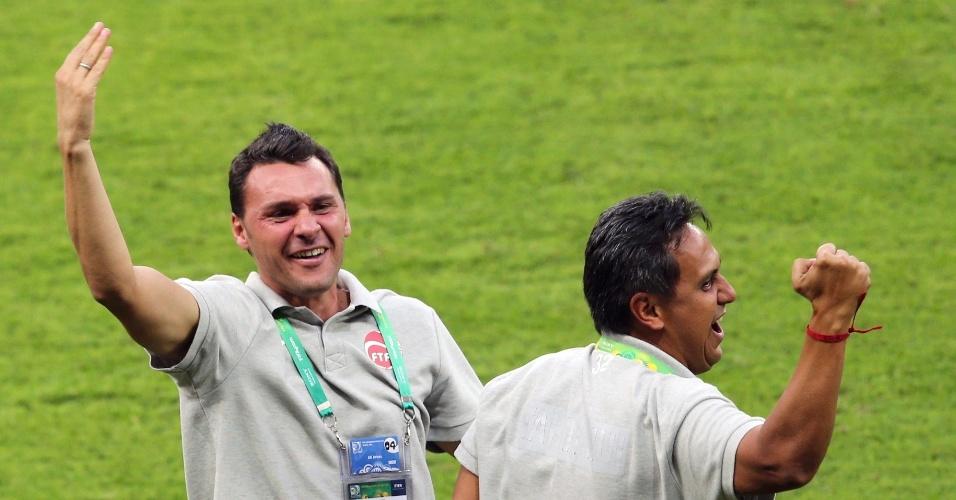 17.06.2013 - Treinador Eddy Etaeta fica eufórico ao lado da sua comissão técnica após o gol do Taiti