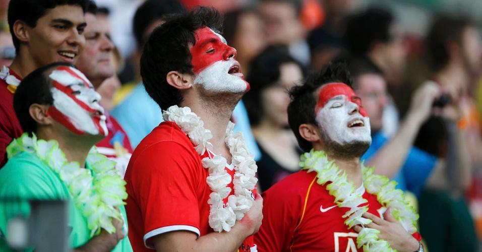 17.jun.2013 - Torcedores do Taiti cantam o hino nacional antes de partida contra a Nigéria no Mineirão