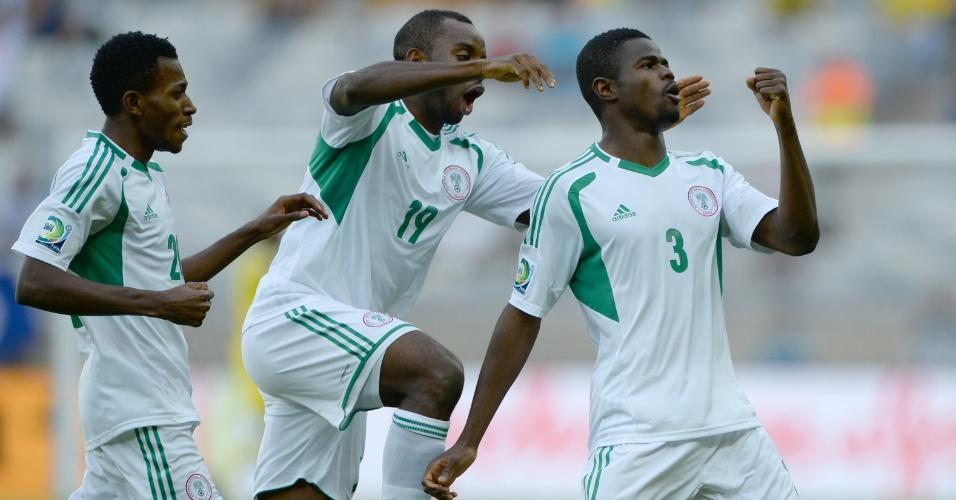 17.jun.2013 - Uwa Echijile (d) comemora ao marcar o primeiro gol da Nigéria contra o Taiti em jogo a Copa das Confederações; nigerianos golearam por 6 a 1