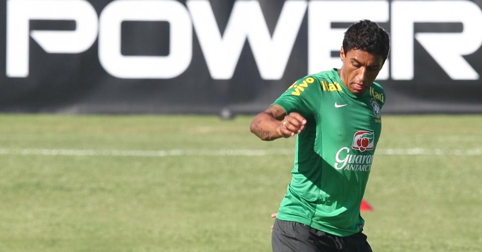 17.junho.2013- Paulinho participa de treino da seleção brasileira