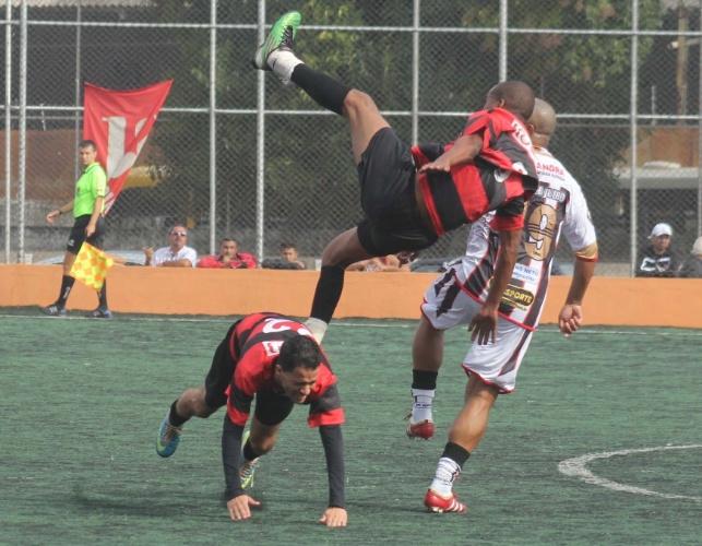 Flamengo, da Vila Maria, venceu o Nove de Julho (de branco), da Casa Verde, por 2 a 1. Apesar do resultado, os dois times se classificaram