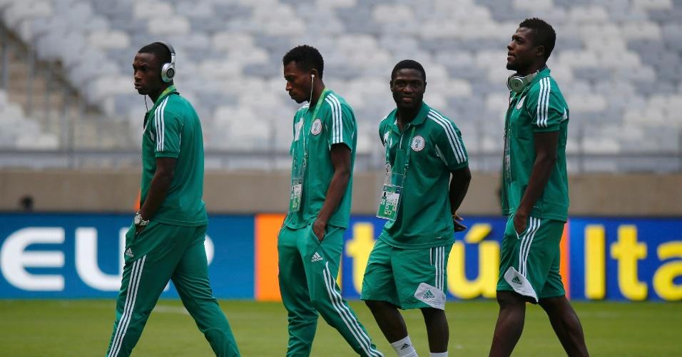 17.06.2013 - Jogadores da seleção nigeriana fazem reconhecimento do gramado do Mineirão antes do jogo contra o Taiti