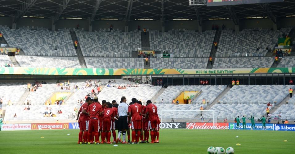 17.06.2013 - Jogadores do Taiti fazem reconhecimento do gramado no Mineirão antes da partida contra a Nigéria