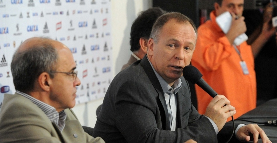 Mano Menezes é observado pelo presidente do Flamengo durante apresentação na Gávea
