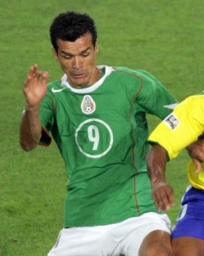 Mexicano Jared Borgetti disputa bola com Ronaldinho Gaúcho na Copa das Confederações de 2005