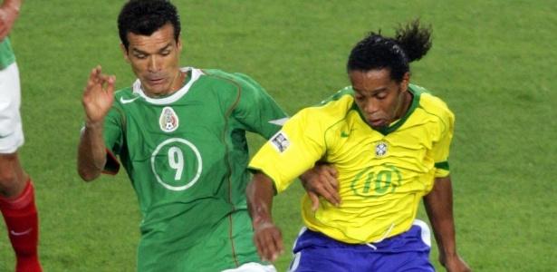 Jared Borgetti disputa bola com Ronaldinho Gaúcho na Copa das Confederações de 2005