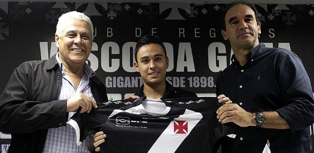 O meia Montoya é apresentado no Vasco pelo presidente Roberto Dinamite e pelo diretor executivo Ricardo Gomes (17/06/2013)