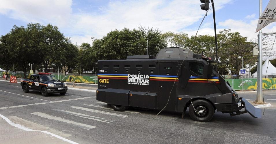 17.06.2013 - Policiais fazem segurança nos arredores do Mineirão antes de Nigéria x Taiti