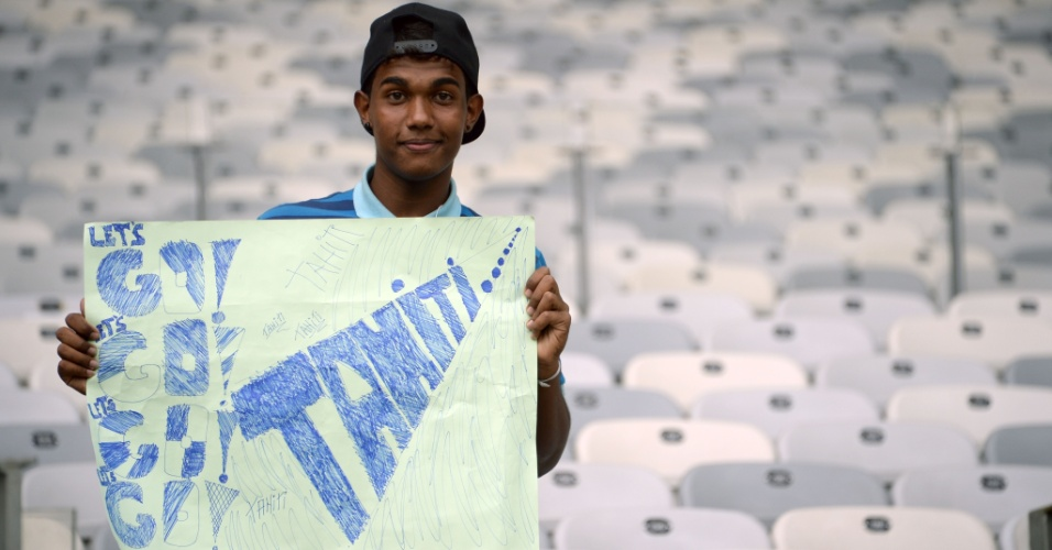 17.06.2013 - Torcedor do Taiti leva cartaz em apoio a sua seleção na partida contra a Nigéria no Mineirão