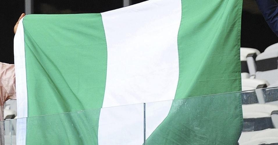 17.06.2013 - Torcedores da Nigéria levam bandeira do país em apoio a sua seleção antes do jogo contra o Taiti no Mineirão