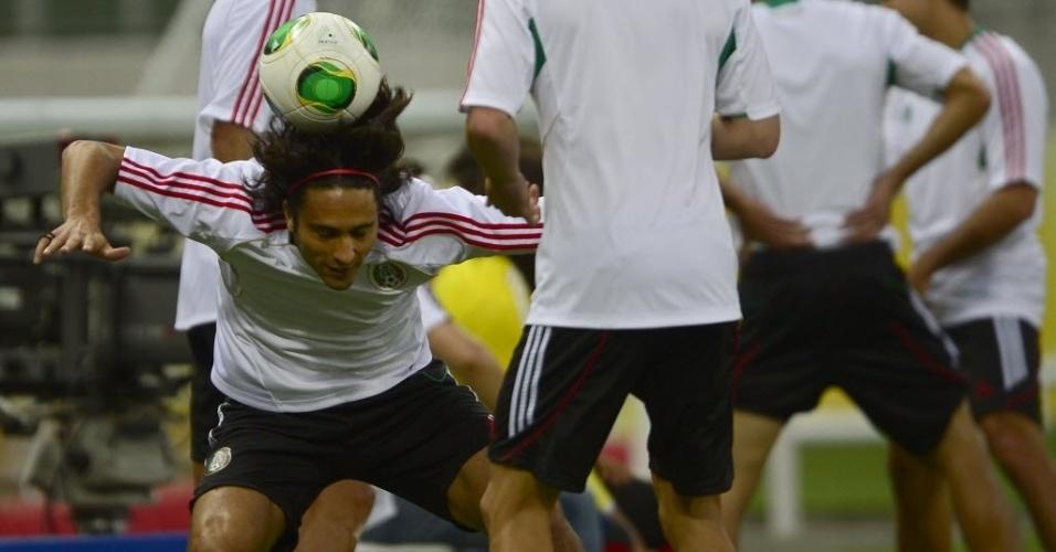 18.jun.2013 - Aldo De Nigris brinca com a bola durante treino da seleção do México em Fortaleza