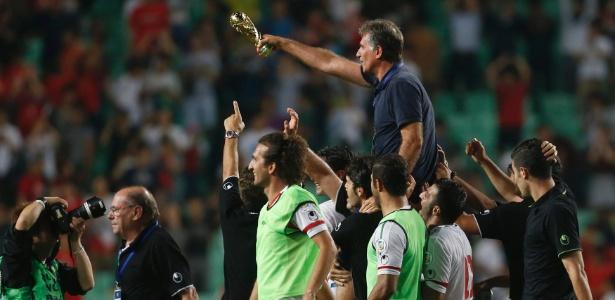 Carlos Queiroz, treinador do Irã, é carregado pelos jogadores de sua seleção