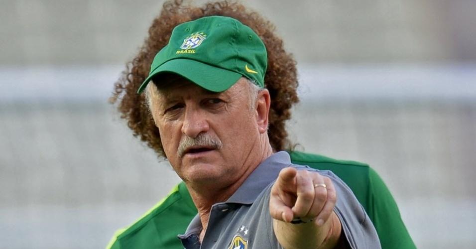 18.jun.2013 - Com David Luiz ao fundo, técnico Luiz Felipe Scolari 'ganha' cabeleira do zagueiro