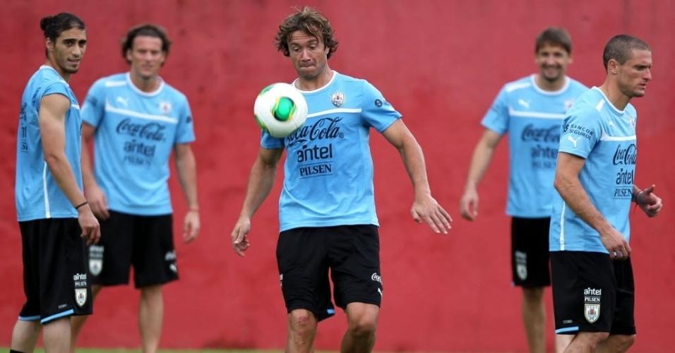 18.jun.2013 - Diego Lugano brinca com a bola durante treinamento da seleção do Uruguai no Barradão, em Salvador