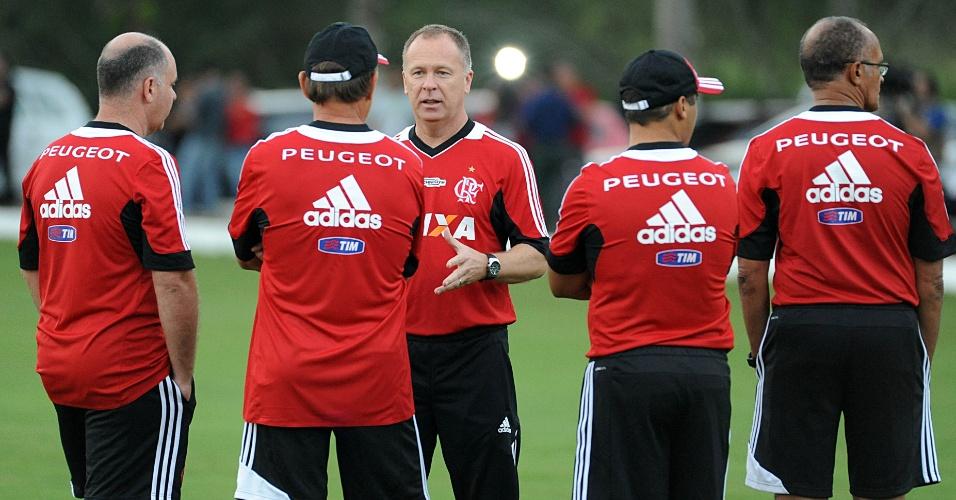 18.jun.2013 - Em seu primeiro treino no Flamengo, Mano Menezes conversa conversa com a comissão técnica