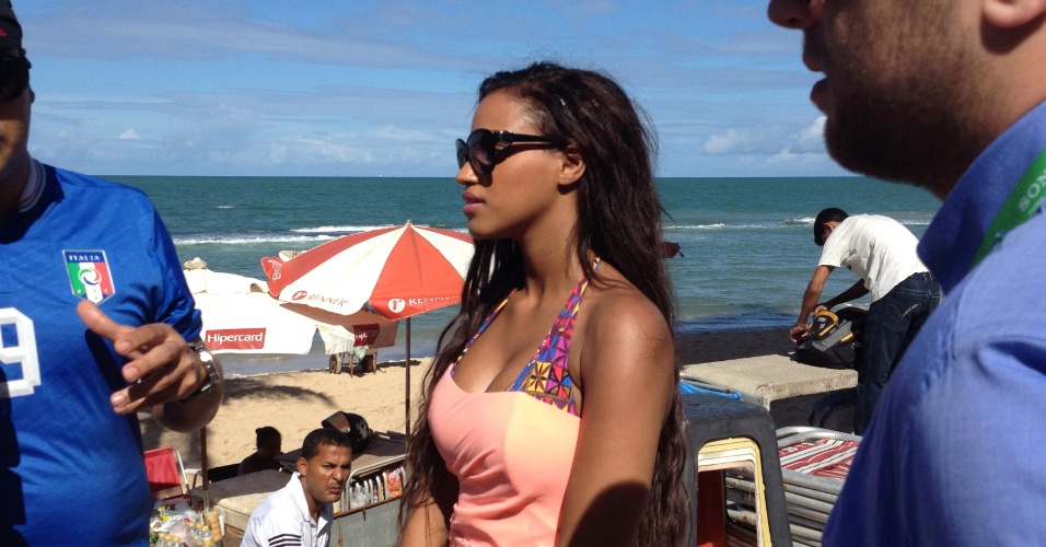 18.jun.2013 - Fanny Neguesha, namorada do atacante italiano Mario Balotelli, caminha pela praia de Boa Viagem, no Recife