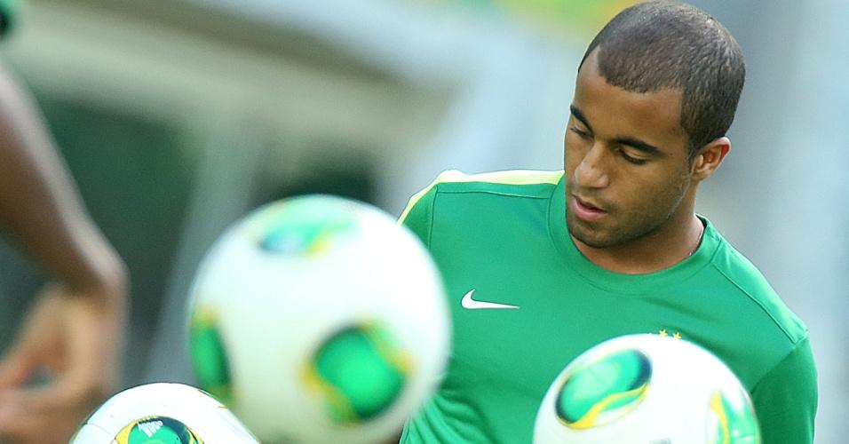 18.jun.2013 - Lucas bate bola durante o treino da seleção brasileira no Castelão, em Fortaleza