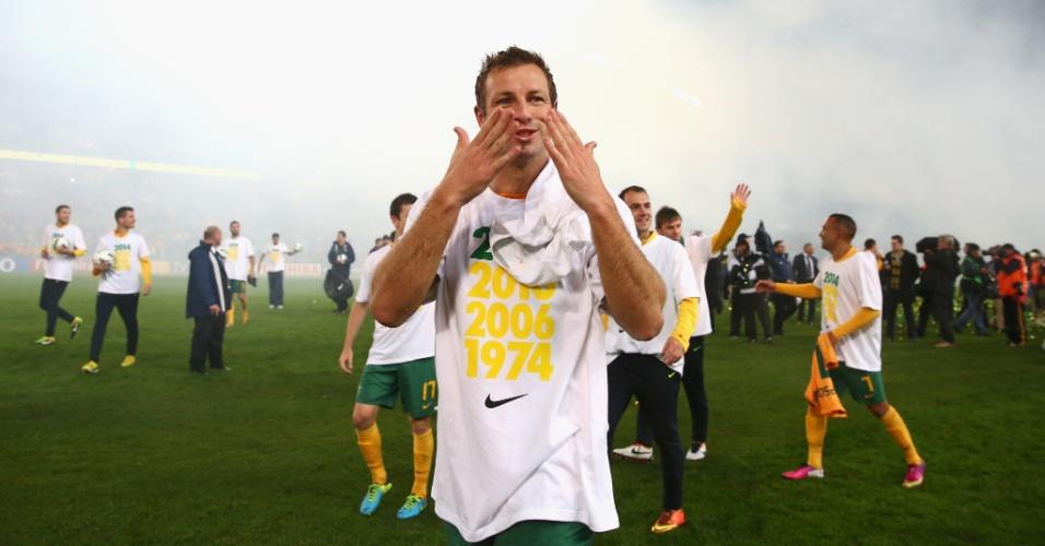 18.jun.2013 - Lucas Neill comemora classificação da Austrália para a Copa do Mundo-2014 e usa camisa especial após a vitória por 1 a 0 sobre o Iraque