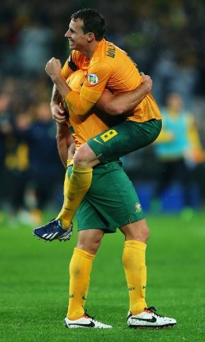 18.jun.2013 - Lucas Neill e Luke Wilkshere comemoram classificação da Austrália para a Copa do Mundo-2014 com a vitória por 1 a 0 sobre o Iraque