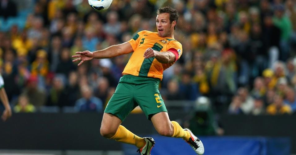 18.jun.2013 - Lucas Neill salta para cabecear durante o jogo entre Austrália e Iraque pelas eliminatórias asiáticas para a Copa do Mundo-2014; Socceroos ganharam por 1 a 0 e confirmaram a classificação para o Mundial