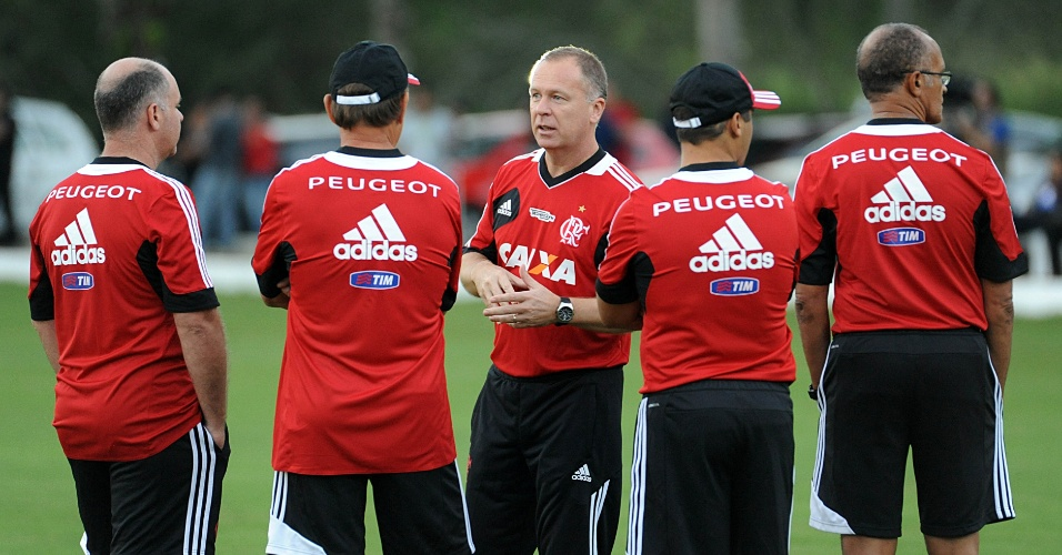18.jun.2013 - Mano Menezes conversa com comissão técnica do Flamengo em treino no Ninho do Urubu