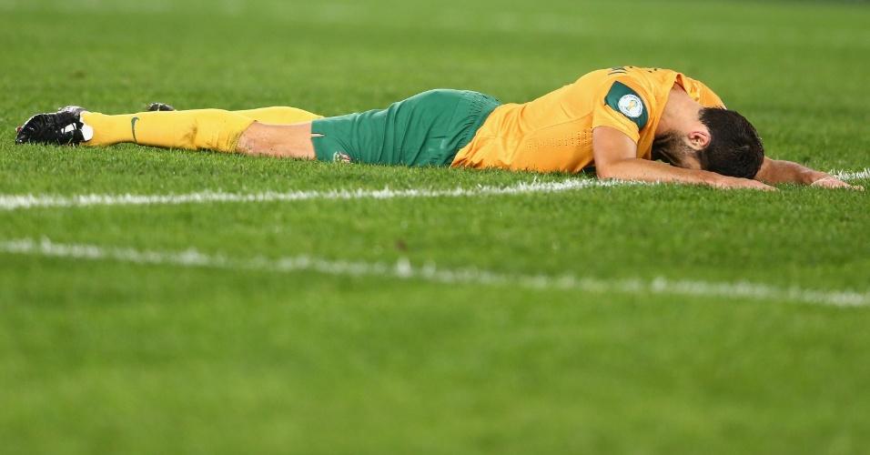 18.jun.2013 - Sasa Ognenovski fica no gramado após chance desperdiçada pela Austrália durante o jogo contra o Iraque pelas eliminatórias asiáticas da Copa-2014