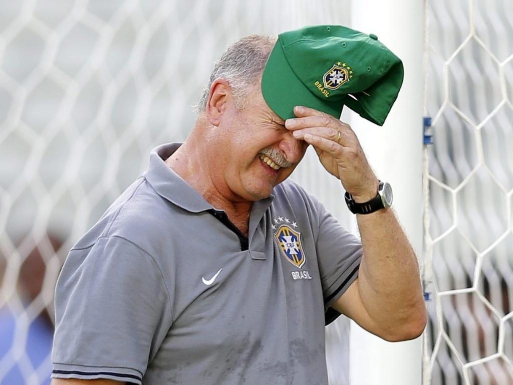 18.jun.2013 - Técnico Luiz Felipe Scolari enxuga o suor durante o treino da seleção em Fortaleza
