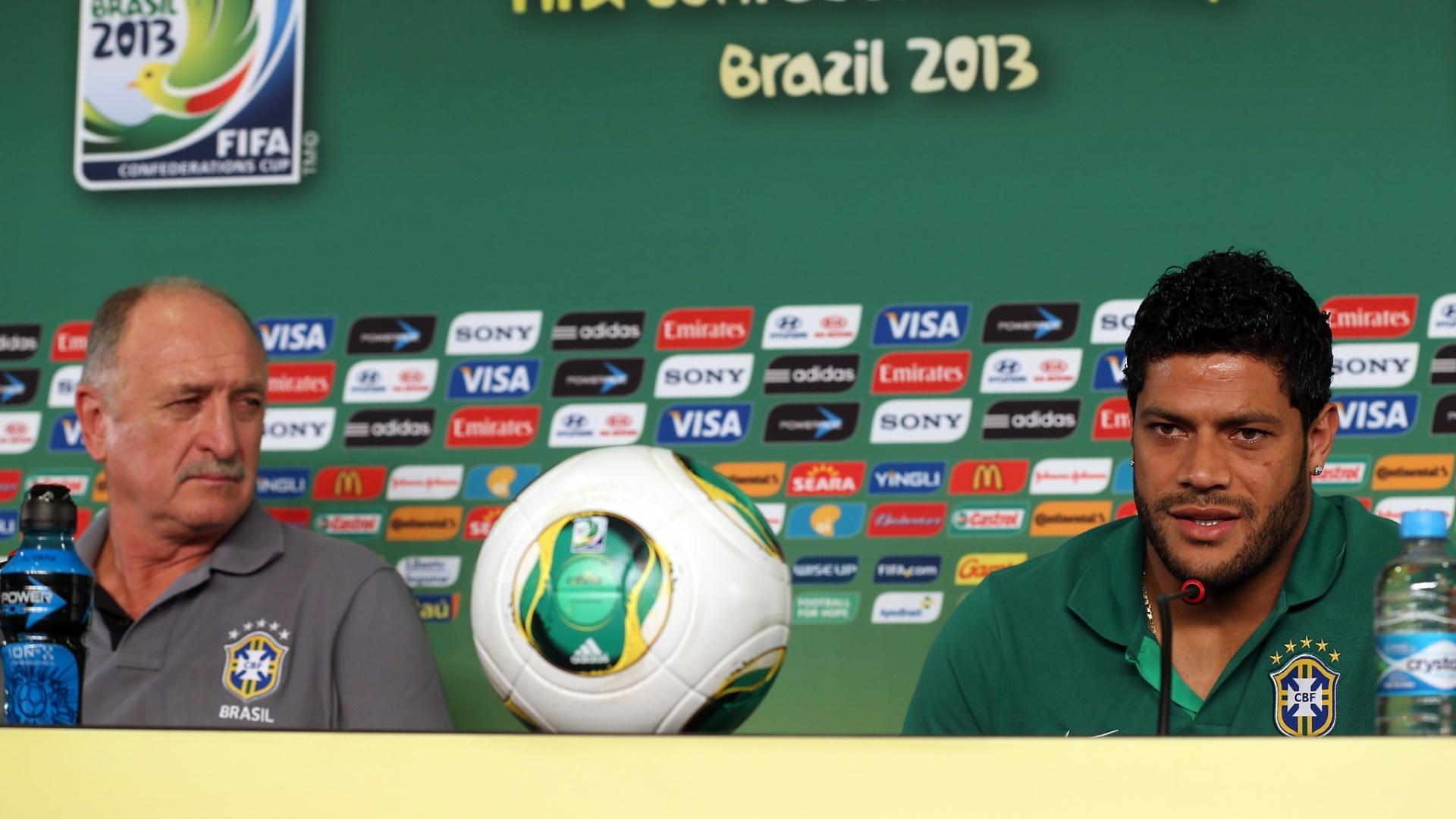 18.jun.2013 - Técnico Luiz Felipe Scolari observa o atacante Hulk durante a entrevista coletiva desta terça-feira