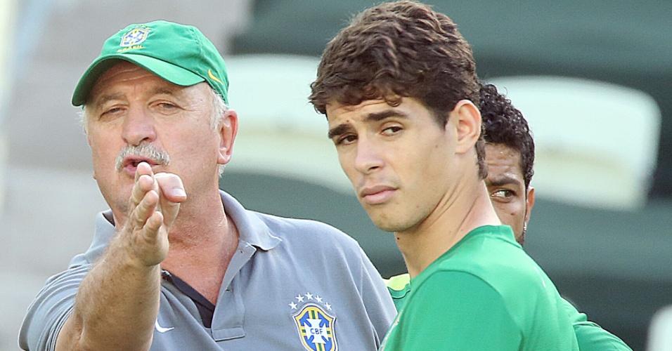 18.jun.2013 - Técnico Luiz Felipe Scolari passa instruções para o meia Oscar durante o treino da seleção