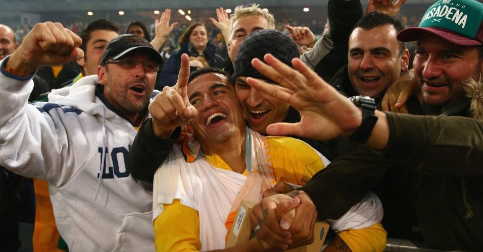 18.jun.2013 - Tim Cahill foi para a galera para comemorar a classificação da Austrália para a Copa do Mundo-2014 após a vitória por 1 a 0 sobre o Iraque