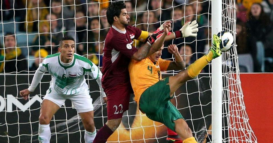 18.jun.2013 - Tim Cahill leva a Austrália para o ataque e arrisca chute durante partida contra o Iraque pelas eliminatórias asiáticas para a Copa-2014