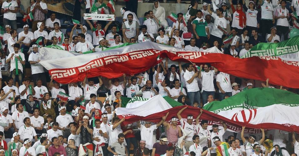 18.jun.2013 - Torcida do Irã marcou presença em Ulsan para assistir à partida contra a Coreia do Sul; vitória por 1 a 0 classificou os iranianos para a Copa-2014