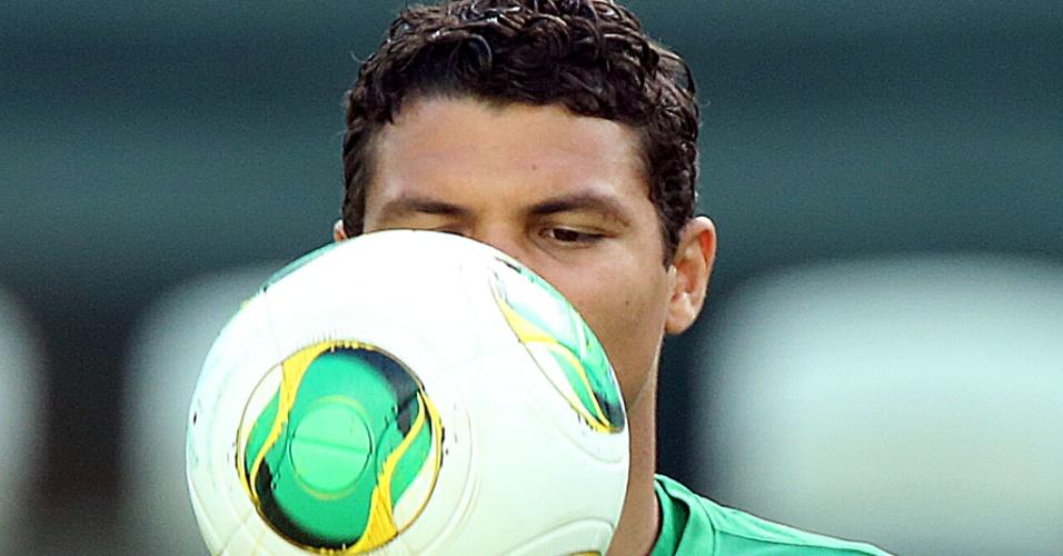 18.jun.2013 - Zagueiro Thiago Silva bate bola durante o treino da seleção brasileira no Castelão, em Fortaleza