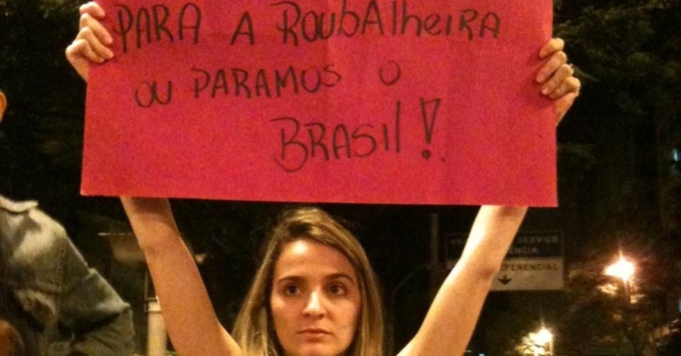 A estudante Isabela Massoti, 19, durante protesto na última segunda-feira, em Belo Horizonte