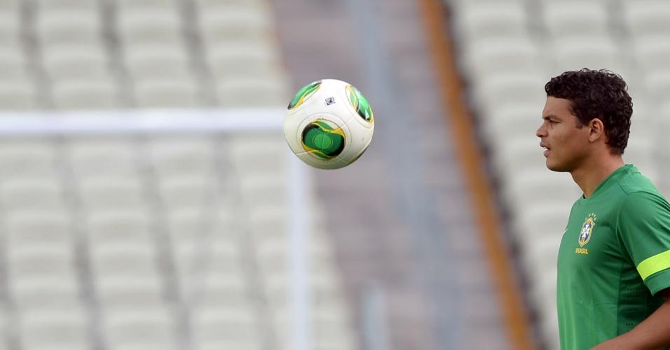 18.jun.2013 - Capitão Thiago Silva participa da atividade com bola em Fortaleza