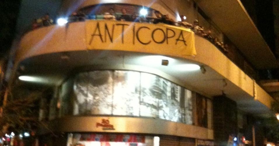 Cartaz contrário à realização da Copa do Mundo no centro de Belo Horizonte, na última segunda-feira