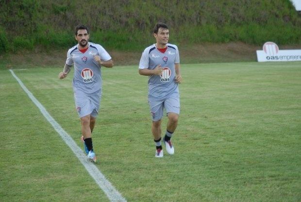 Escudero (esq.) e Renato Cajá correm na reapresentação do elenco do Vitória