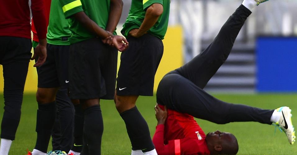 18.jun.2013 - Goleiro Jefferson faz alongamento antes do treinamento