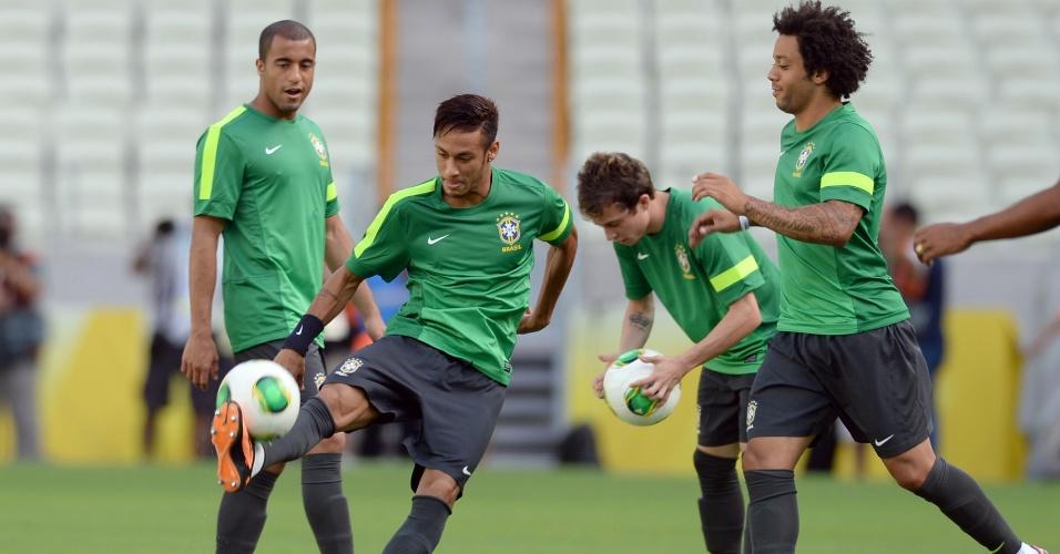 18.jun.2013 - Jogadores da seleção fazem reconhecimento do gramado do Castelão