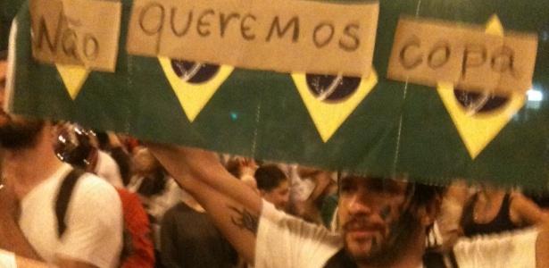 Manifestante carrega cartaz contrário à realização da Copa do Mundo, em Belo Horizonte