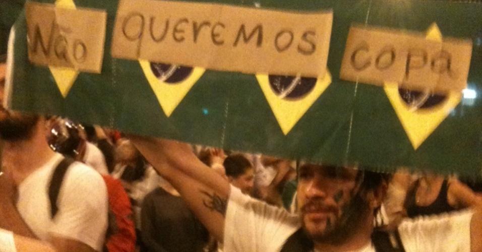 Manifestante carrega cartaz contrário à realização da Copa do Mundo, em Belo Horizonte, na última segunda-feira