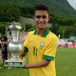 O atacante Erik, do Goiás, comemora um título pela seleção brasileira sub-20