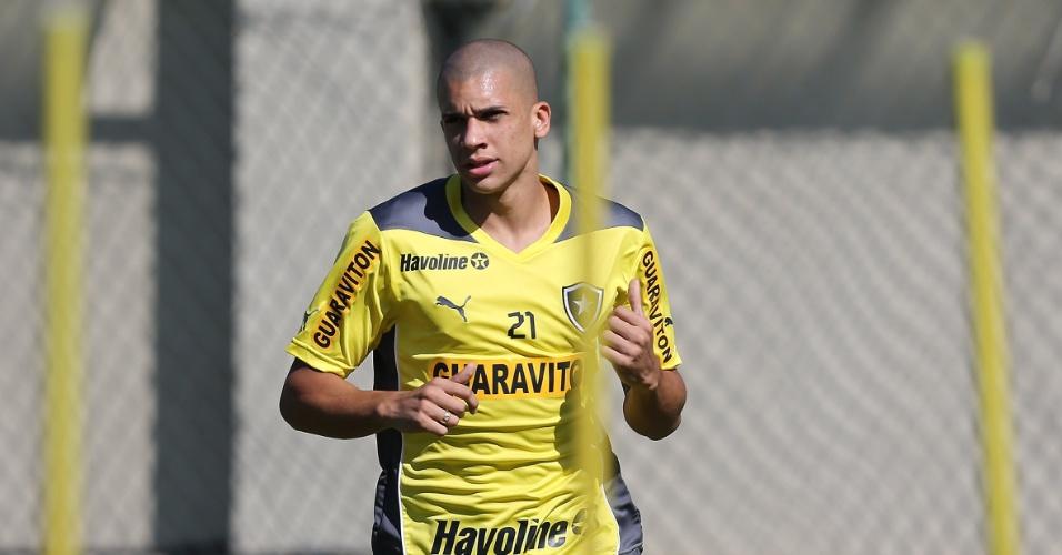 O zagueiro Dória treina pelo Botafogo em General Severiano