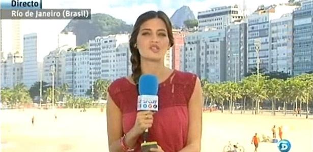 Sara Carbonero grava boletim de notícias em Copacabana; Casillas está concentrado no Leblon