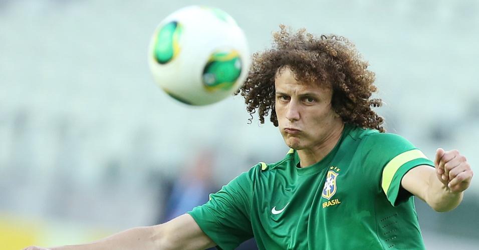 Zagueiro David Luiz domina a bola no treino da seleção em Fortaleza